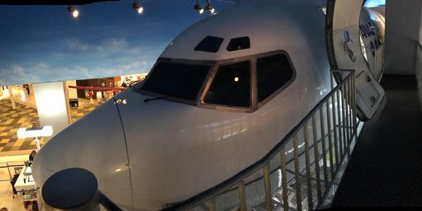 飛行機のキャビンアテンダント体験コーナー