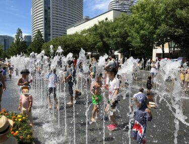 横浜みなとみらいグランモール公園!マークイズ前の子供の水遊び禁止の噴水広場!